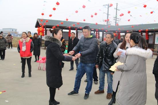 村主任白兰彬同志为获奖的学习型团队颁奖.jpg