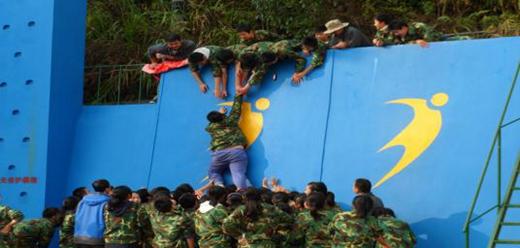 户外拓展训练:爬生死墙.jpg