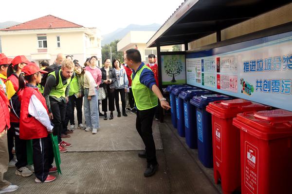 环保志愿队成立仪式上推进垃圾四分类工作介绍_副本.jpg