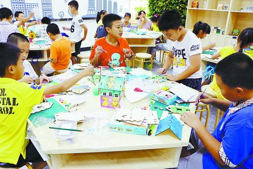 孩子们在村里社区书院科普工作室制作建筑模型。.jpg